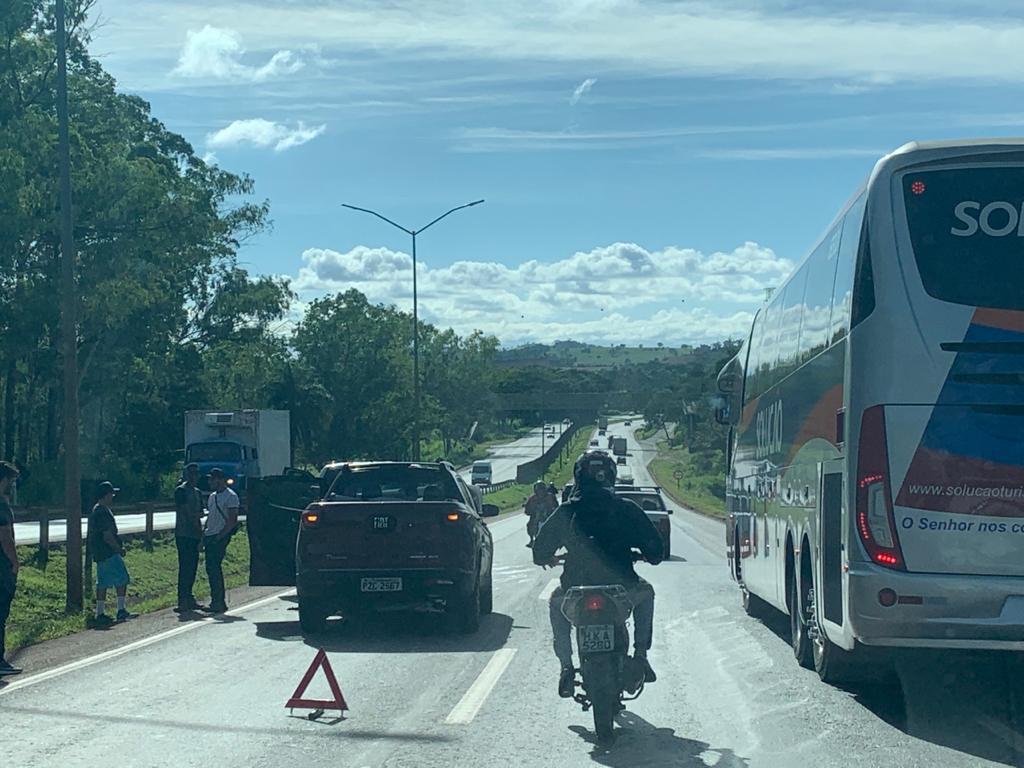 Acidente deixa trânsito lento na BR-040, próximo à Ribeirão das Neves