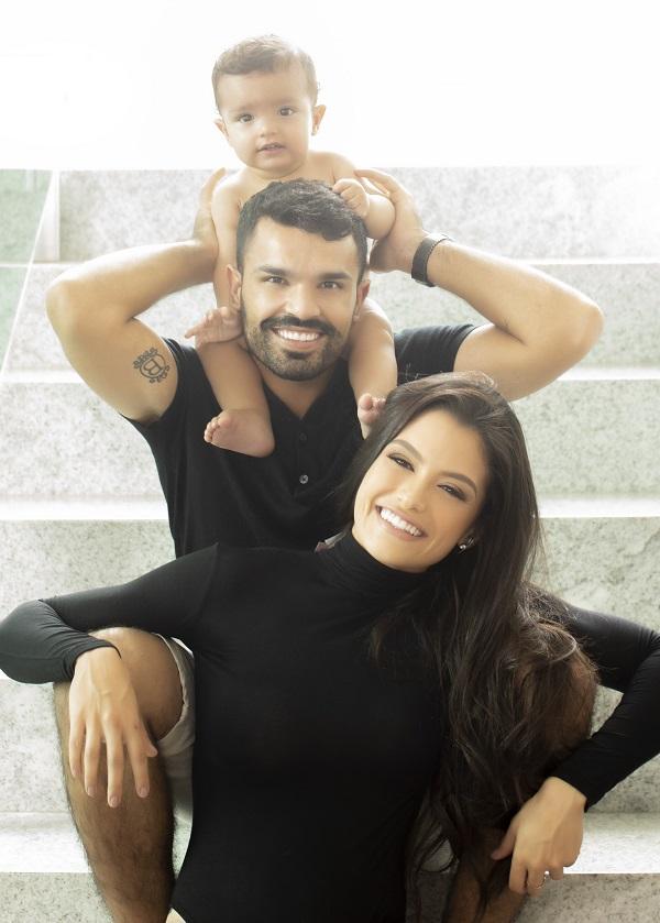 SOCIAIS - Mariana e Filipe Oliveira com o filho Pedro. Foto: Simone Machado.