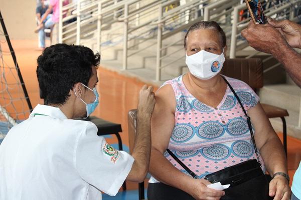 Em três locais, hoje é dia de vacinação dos idosos com 64 anos