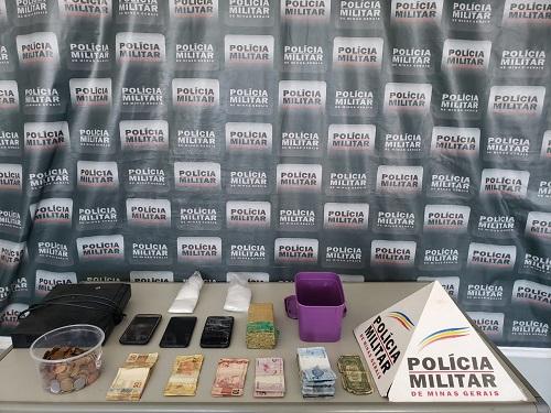 PM cumpre mandados de prisão no Santa Luzia e apreende drogas, arma, dinheiro e aves silvestres