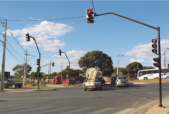 Quantidade de semáforos instalados no complexo da rotatória impressiona, gera confusão e muito transtorno. Fotos: Celso Martinelli