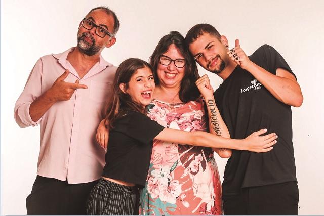 Léo Drummond (esquerda) e família:  a filha Manuela, a esposa Marisa Figueiredo e o filho Cristiano