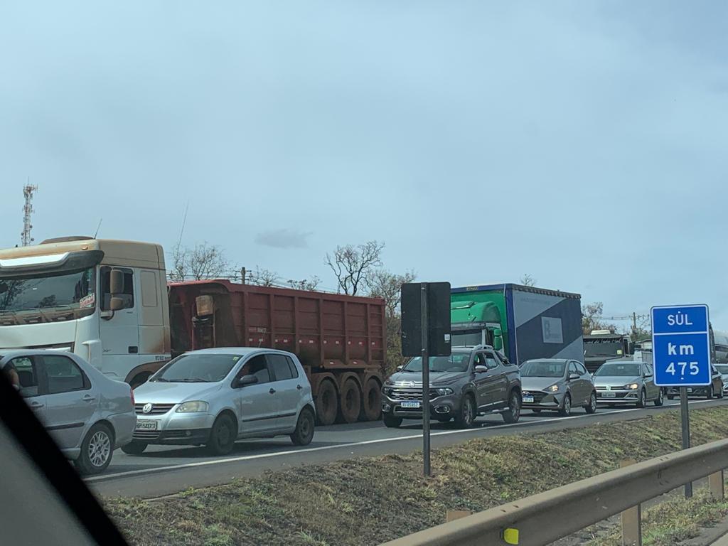 Congestionamento no km475, na BR-040, sentido BH-Brasília