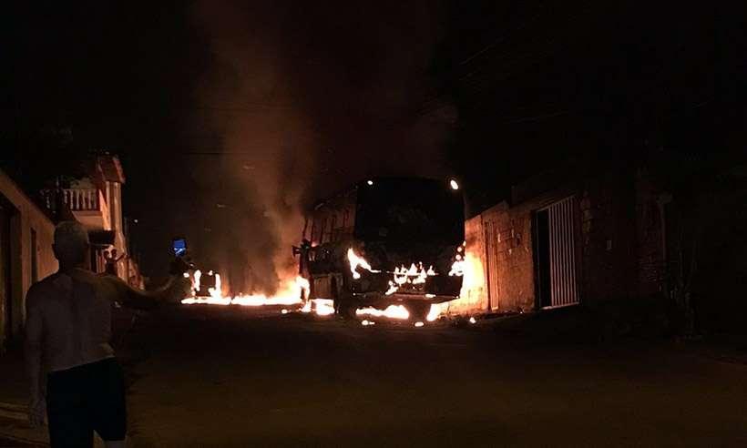 Ônibus tomado pelas chamas durante a madrugada (Foto: Reprodução da internet/WhatsApp)